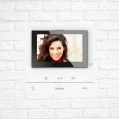 Wideodomofon głośnomówiący Classe 100 ◽ Jest wyposażony w szerokokątny (16:9) 5-calowy kolorowy ekran LCD. ◽Posiada 2 klawisze mechaniczne do obsługi głównych funkcji – odebranie i zakończenie rozmowy. ◽3 klawisze dotykowe służą sterowaniu funkcjami: ▫️otwarcie zamka ▫️aktywacja panelu zewnętrznego / podgląd kamer ▫️aktywacji dodatkowej funkcji określonej konfiguracją (np. włączenie oświetlenia na klatce schodowej, interkom, otwarcie bramy itd.). ◽ Z boku aparatu znajduje się joystick, służący ustawieniom i regulacji: ▫️ koloru, ▫️ jasności, ▫️ kontrastu, ▫️ poziomu głośności (głośnika i sygnału wywołania - dedykowana dioda sygnalizuje wyciszenie sygnału wywołania). ◽Aparat może być zainstalowany na ścianie przy użyciu dostarczonego uchwytu lub na blacie z wykorzystaniem podstawek (2 x 344692) zamawianych oddzielnie. ◽Wideodomofon oferuje wybór 20 wbudowanych dźwięków sygnału wywołania wraz z możliwością zróżnicowania sygnału w zależności od źródła wywołania (np. główny panel zwenętrzny, interkom itd.). . . . . #smarthometechnology #smarthomesystem #smartcamera #smart #presets #presetslightroom #photoftheday #vascocam #vascocam